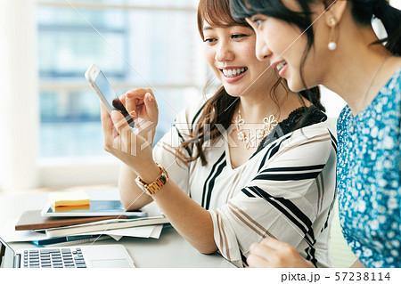 ビジネス 女性 カジュアル ベンチャー オフィス 57238114
