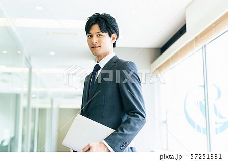 ビジネス 男性 ポートレート 57251331