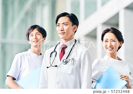 医者と看護師 57252498