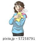 赤ちゃんにげっぷをさせる若い母親 57258791