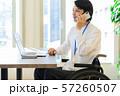 車椅子 ビジネス 男性 デスクワーク 57260507