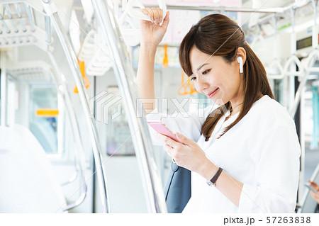 通勤 女性 電車 ビジネスウーマン 撮影協力:京王電鉄株式会社 57263838