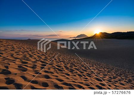 《鳥取県》鳥取砂丘の夜明け 57276676