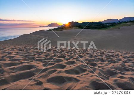 《鳥取県》鳥取砂丘の夜明け 57276838