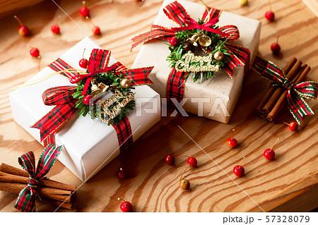 チェックリボンのプレゼント 57328079
