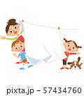 洗濯物を干す家族 57434760