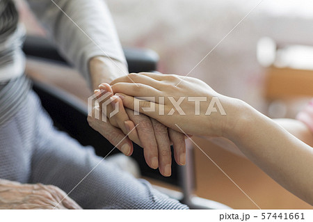 シニア女性の手を握る女性の手 57441661