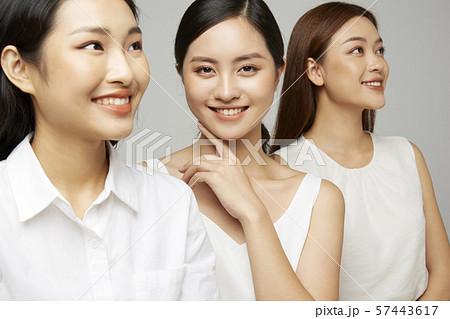 女性 ビジネスカジュアル 57443617