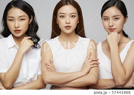 女性 ビジネスカジュアル 57443966