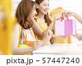 女性 ショッピング 57447240