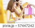 女性 ショッピング 57447242