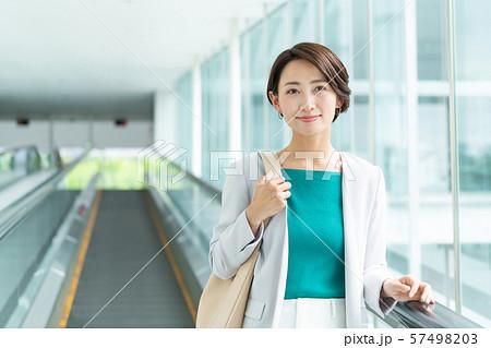 ビジネスウーマン オフィス オートスロープ ビジネスイメージ 57498203