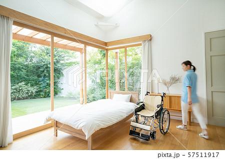 介護士 介護施設 車椅子 病室 医療イメージ 57511917