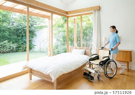 介護士 介護施設 車椅子 病室 医療イメージ 57511926