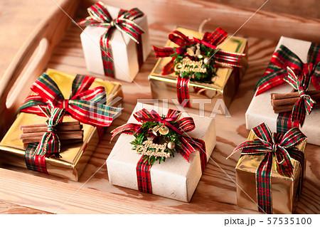 チェックリボンのプレゼント 57535100