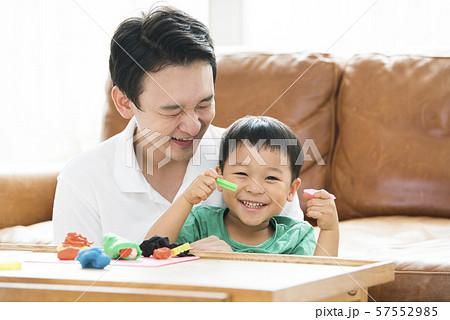 粘土で遊ぶ親子 57552985