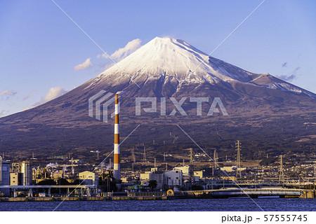(静岡県)田子の浦港から眺める、富士山 57555745