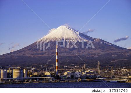 (静岡県)田子の浦港から眺める、富士山 57555746