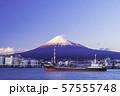 (静岡県)田子の浦港から眺める、富士山 57555748