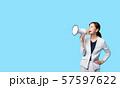 拡声器で叫ぶ女性 57597622