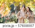 旅行 秋 紅葉 母娘 親子 家族旅行イメージ 57608007