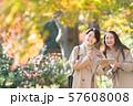 旅行 秋 紅葉 母娘 親子 家族旅行イメージ 57608008