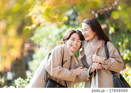 旅行 女性 秋 紅葉 母娘 親子 家族 観光イメージ 57608066