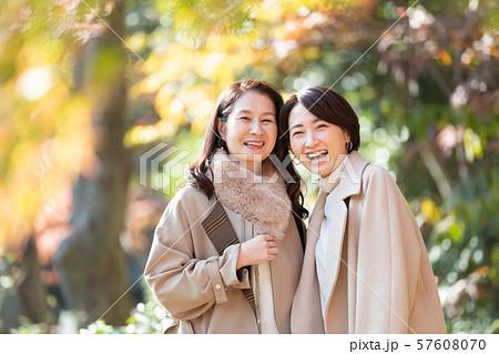 旅行 女性 秋 紅葉 母娘 親子 家族 観光イメージ 57608070