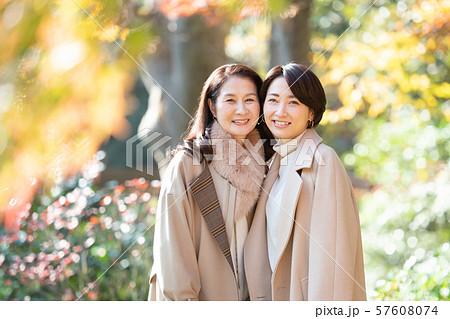 旅行 女性 秋 紅葉 母娘 親子 家族 観光イメージ 57608074