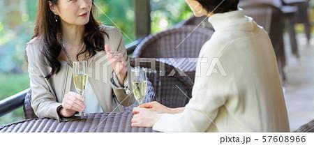 旅行 女性 レストラン 秋 観光イメージ 57608966