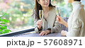 旅行 女性 レストラン 秋 観光イメージ 57608971