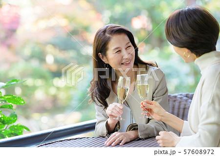 旅行 女性 レストラン 秋 観光イメージ 57608972