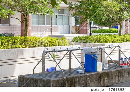 学校の外水道 蛇口 水飲み場 給水 部活イメージ 休憩イメージ  57618924