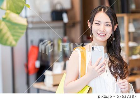 若い女性、ショッピング、スマホ 57637387
