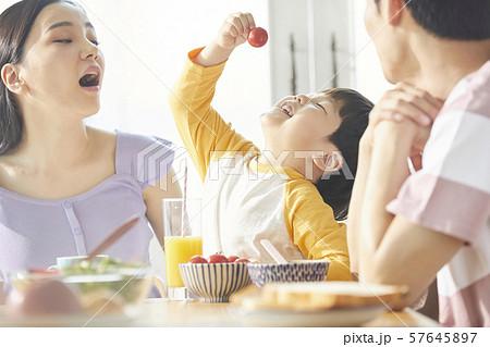 家族 ライフスタイル 食事 57645897
