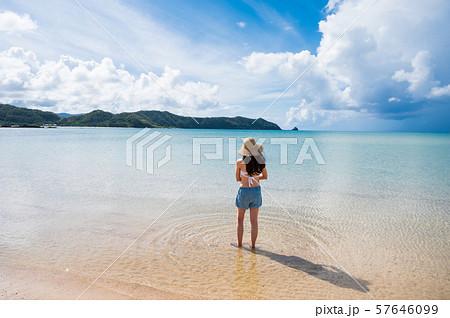 海と水着の女性 南国ビーチリゾート 奄美大島   57646099