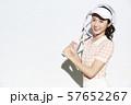テニスウェアの女性 57652267