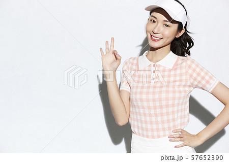 テニスウェアの女性 57652390