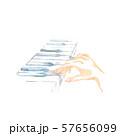 鍵盤と手、青色 57656099