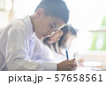 勉強 授業風景 中高生イメージ  57658561
