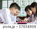 中学生 学校風景 タブレット学習 57658909