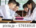 中学生 学校風景 タブレット学習 57658910
