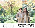 旅行 秋 紅葉 母娘 親子 家族旅行イメージ 57674763