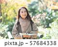 旅行 シニア女性 秋 紅葉 観光イメージ 57684338