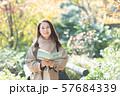 旅行 シニア女性 秋 紅葉 観光イメージ 57684339