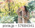 旅行 シニア女性 秋 紅葉 観光イメージ 57684341