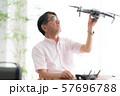 ドローン コントローラー 1人 趣味 仕事 在宅 ビジネス 老人 老後 インテリア デザイン 部屋  57696788
