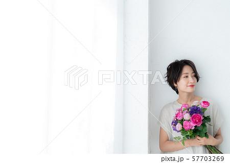 1人 ファッション 花束 美容 ライフスタイル 女性 女 インテリア デザイン 部屋 白 自然光 57703269