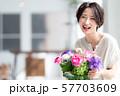 1人 ファッション 花束 美容 ライフスタイル 女性 女 インテリア デザイン 部屋 白 自然光 57703609