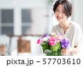 1人 ファッション 花束 美容 ライフスタイル 女性 女 インテリア デザイン 部屋 白 自然光 57703610